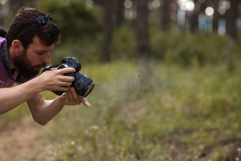 El fotógrafo trabaja concepto entre bastidores de la naturaleza fotografía de archivo