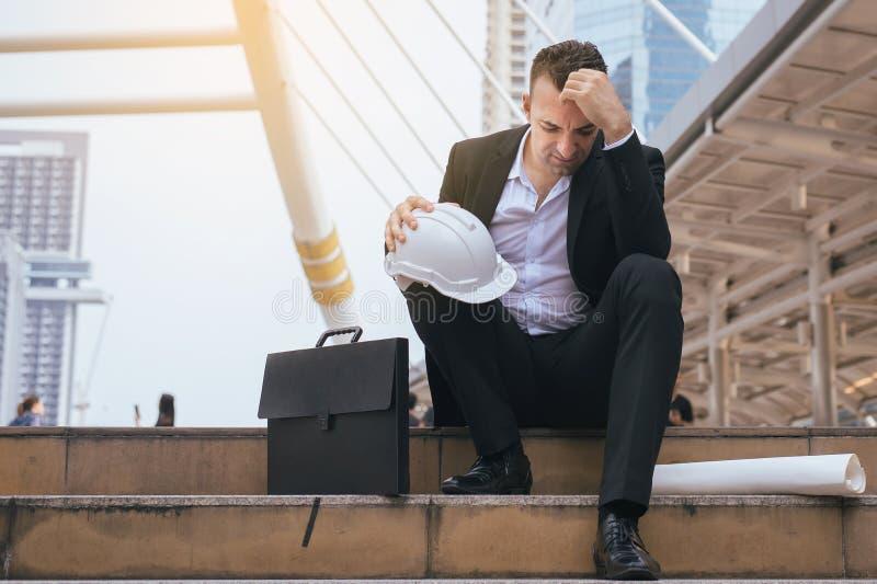 El fracaso frustrado subrayado y cansado de la sensación del hombre de negocios agotó la cara de la cubierta, cabeza con la mano fotos de archivo libres de regalías