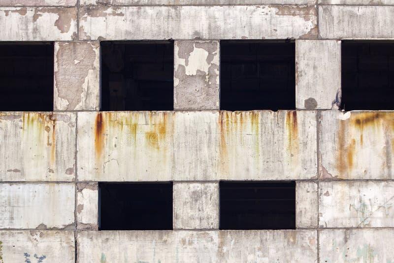El fragmento de las ruinas de un edificio concreto viejo fotografía de archivo