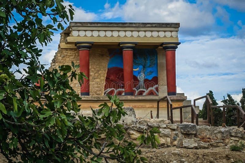 el fragmento de los edificios viejo, histórico con las columnas rojas y la pared brillante diseñan en la pared foto de archivo