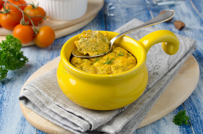El francés coció el soplo de queso con las zanahorias y el eneldo en el ramek blanco imagen de archivo libre de regalías