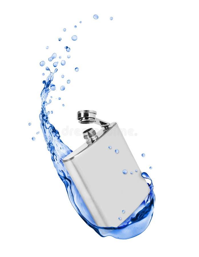 El frasco inoxidable de la cadera con el agua dulce salpica en blanco imagen de archivo libre de regalías