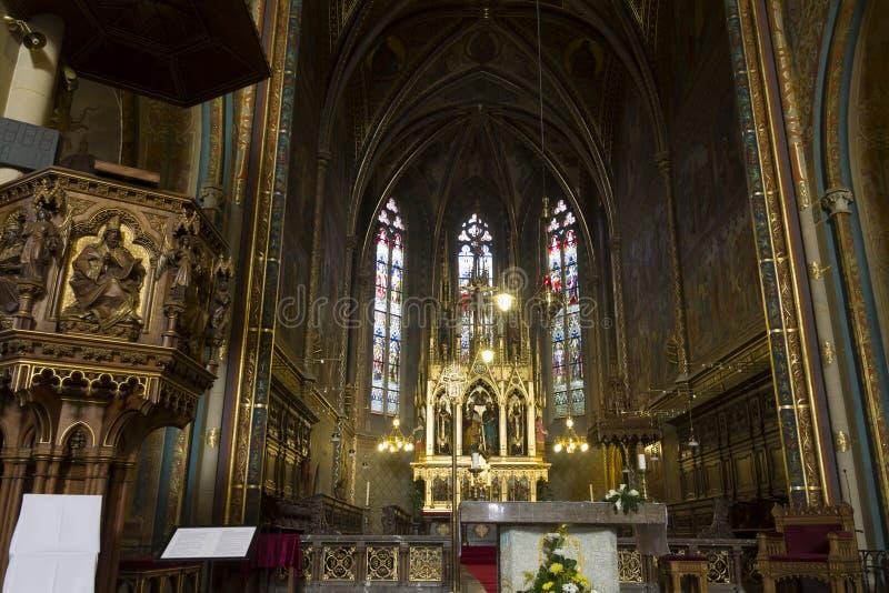 El frente altera de la iglesia (basílica) de San Pedro y de San Pablo en Vysehrad foto de archivo