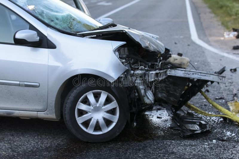 El frente de un coche consigue dañado por accidente del desplome foto de archivo