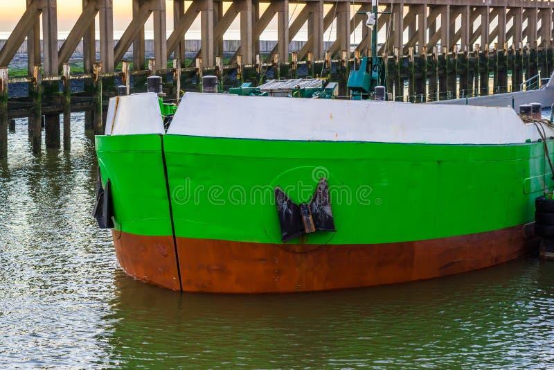 El frente de una navegación del barco a través del puerto con las anclas grandes, el exterior de una nave, transporte del agua imágenes de archivo libres de regalías