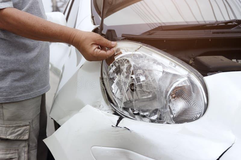El frente del coche blanco consigue dañado accidentalmente en el camino foto de archivo libre de regalías