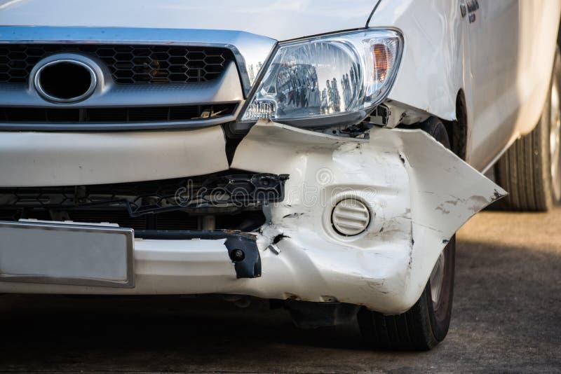 El frente del coche consigue dañado accidentalmente foto de archivo