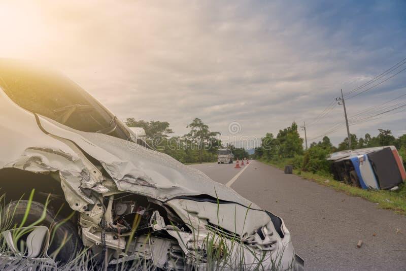 El frente del desplome de AR del coche negro consigue dañado accidentalmente en el camino imagen de archivo
