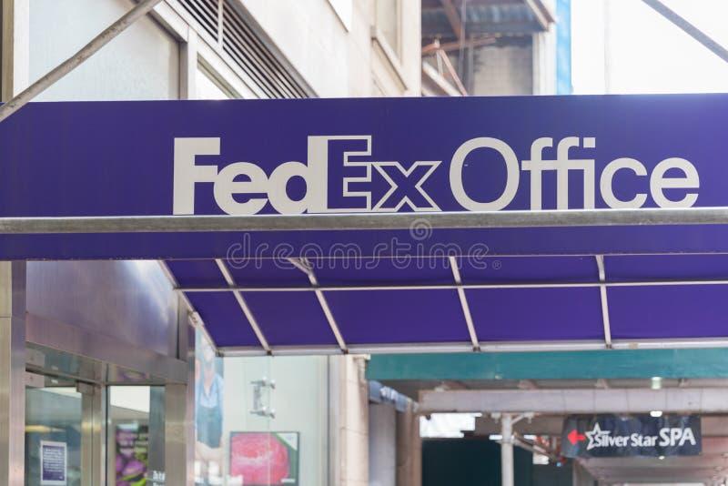 El frente y la entrada a una oficina de Fedex venden la ubicación al por menor en Manhattan foto de archivo