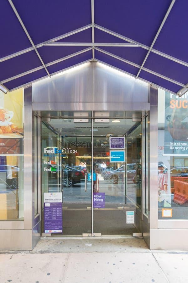El frente y la entrada a una oficina de Fedex venden la ubicación al por menor en Manhattan fotos de archivo