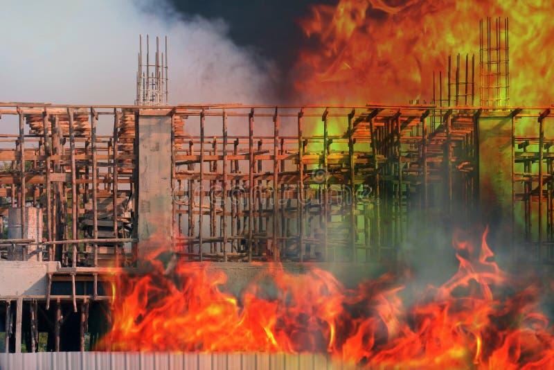 El fuego, el área constructiva del emplazamiento de la obra del fuego, la quemadura del hogar del fuego, el humo y la contaminaci imagenes de archivo