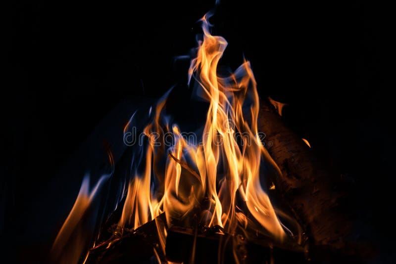 El fuego anaranjado y azul flamea en fondo negro fotos de archivo libres de regalías