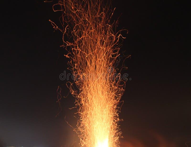 El fuego chispea en el movimiento imagenes de archivo