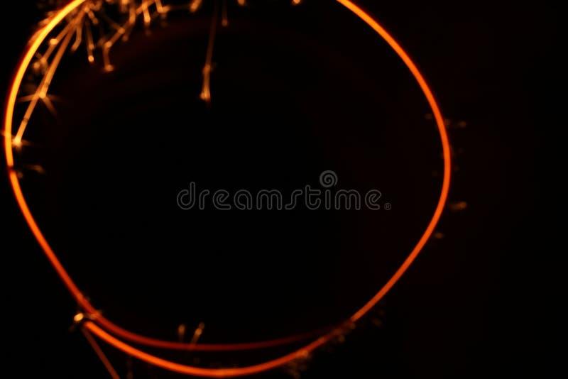 El fuego de Bengala, chispea la quema contra un fondo oscuro, fuego que oscila, quemando brillantemente el fuego del día de fiest fotos de archivo