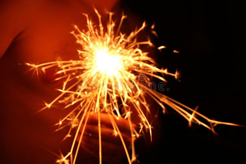 El fuego de Bengala, chispea la quema contra un fondo oscuro, fuego que oscila, quemando brillantemente el fuego del día de fiest fotos de archivo libres de regalías