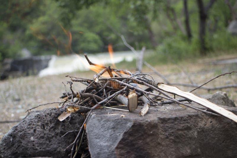 El fuego de la comida campestre, fuego en naturaleza, enciende cerca del río fotos de archivo