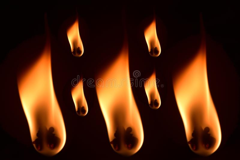 El fuego de las lámparas de aceite tradicionales aisló la fotografía común foto de archivo