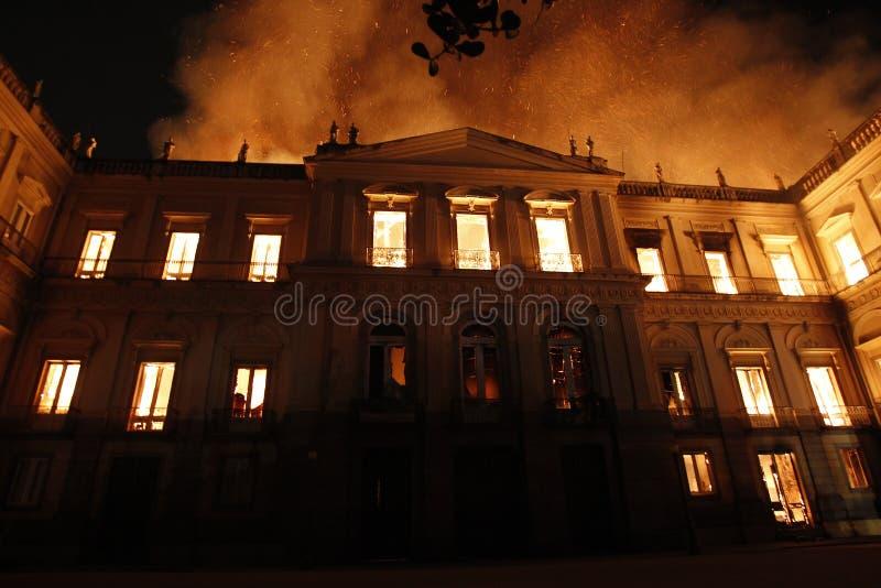 El fuego destruye la colección y la parte del edificio del Nationa fotos de archivo libres de regalías