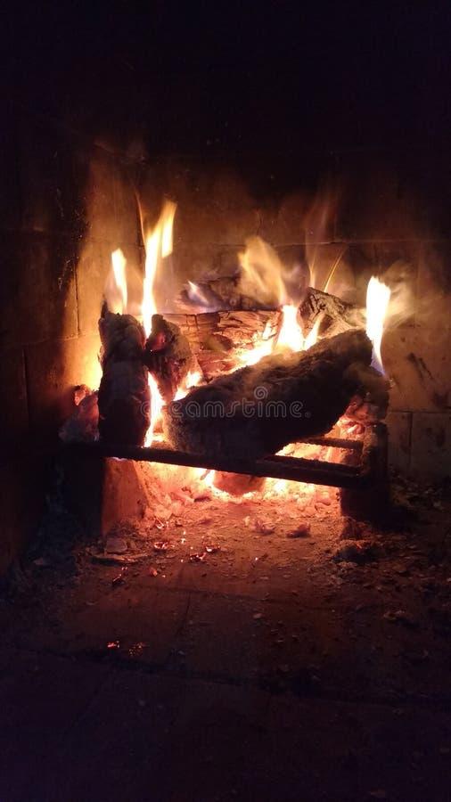 El fuego en nigth oscuro, es mejora para ser cercano de ellos imagen de archivo libre de regalías