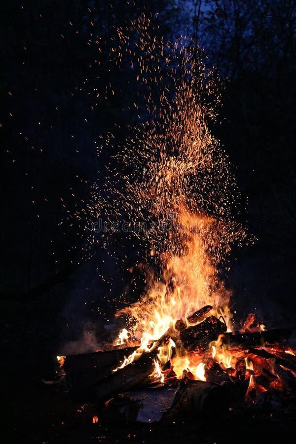 el fuego en noche imagen de archivo