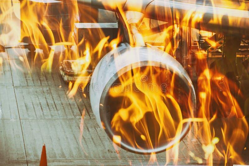 El fuego lucha un avión ardiente en airoport fotografía de archivo