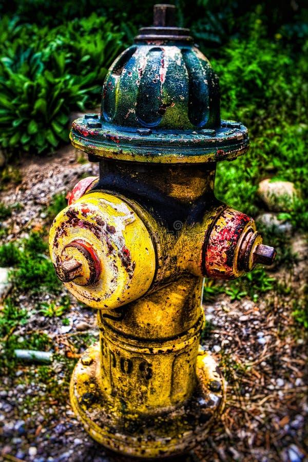 El fuego tapa la boca de incendios colorida fotografía de archivo