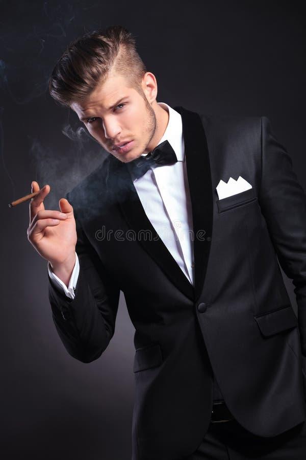 El fumar del hombre de negocios foto de archivo libre de regalías