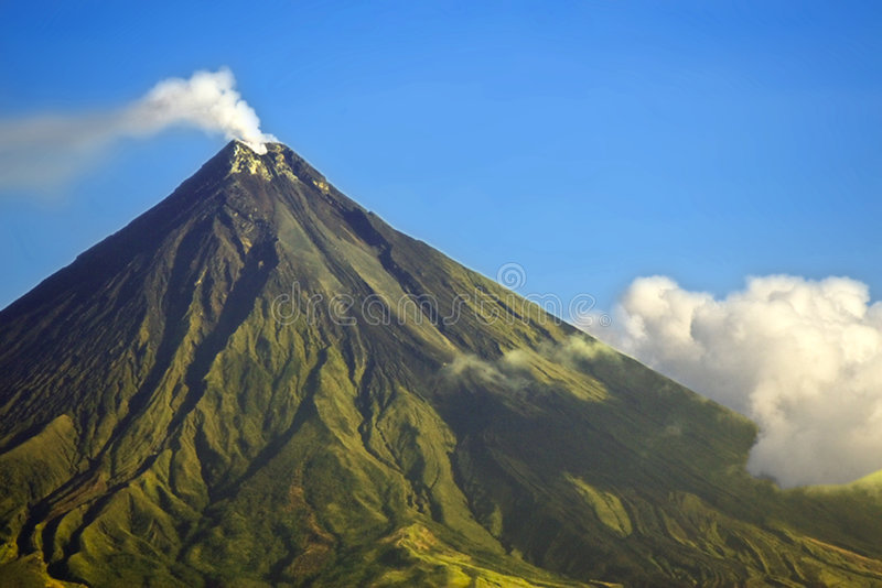 El fumar del volcán de Mayon imagenes de archivo