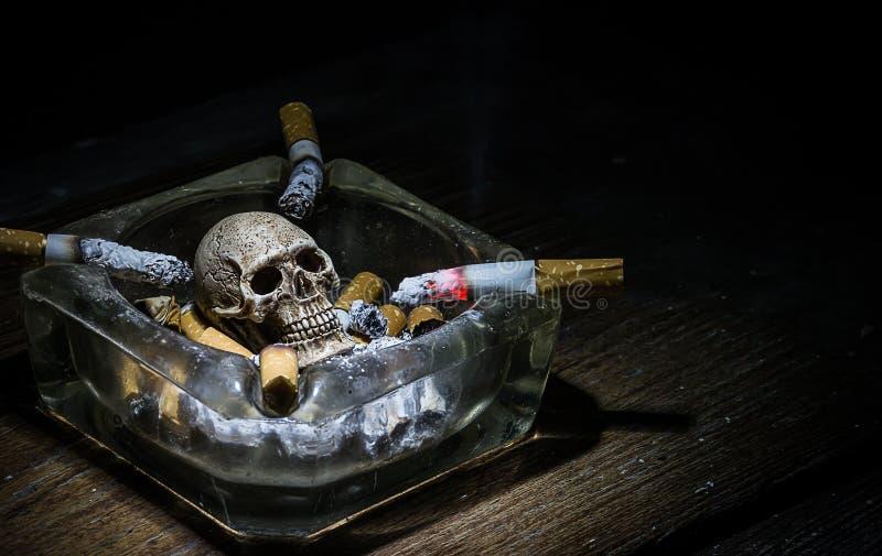 El fumar a la muerte imagen de archivo
