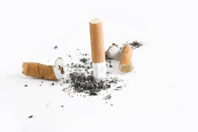 El fumar salido - topes de cigarrillo foto de archivo libre de regalías