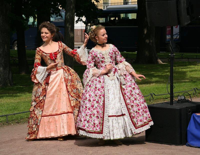 El funcionamiento de promotores y de bailarines del conjunto de los sobrinos históricos de Rameau del traje y de la danza fotos de archivo
