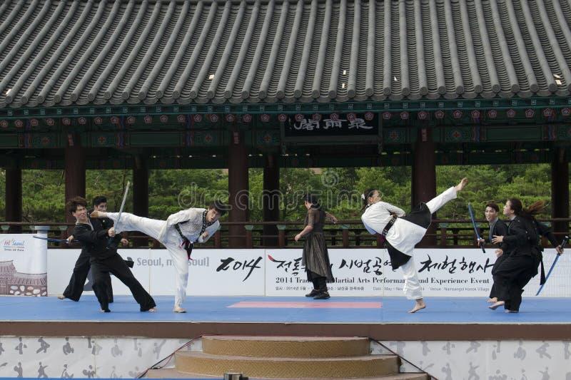 Download El Funcionamiento Del Arte Marcial Y El Evento Coreanos Tradicionales De La Experiencia Muestran Imagen editorial - Imagen de arte, oriente: 41919720