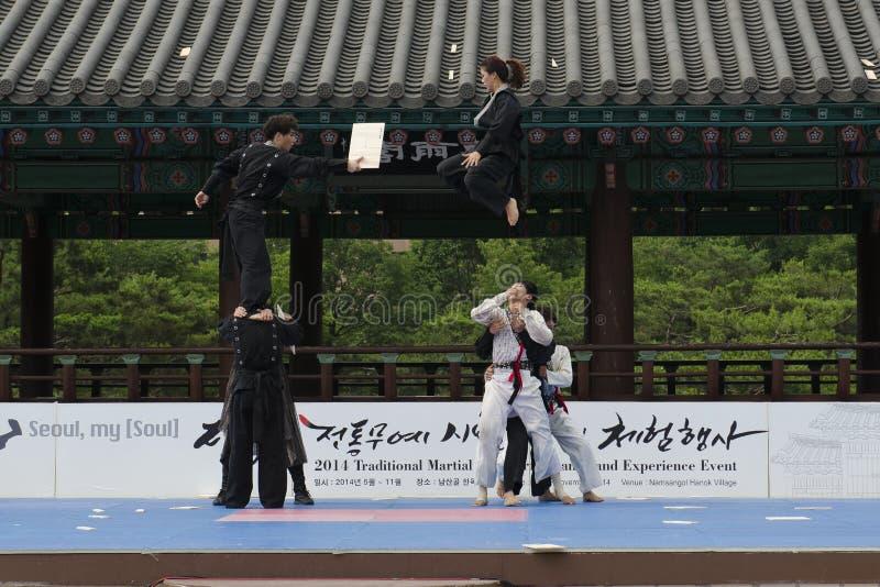 Download El Funcionamiento Del Arte Marcial Y El Evento Coreanos Tradicionales De La Experiencia Muestran Fotografía editorial - Imagen de festival, retroceso: 41919742