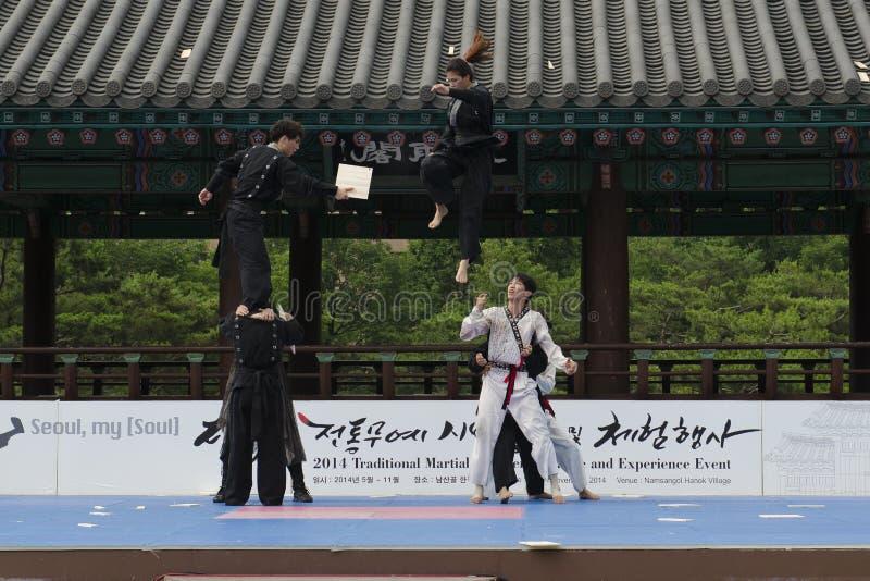 Download El Funcionamiento Del Arte Marcial Y El Evento Coreanos Tradicionales De La Experiencia Muestran Foto de archivo editorial - Imagen de naturalizado, festival: 41919758