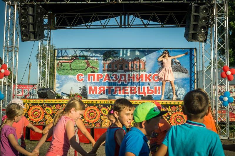 El funcionamiento del cantante joven Sony Lapshakova en ocasión del día de la juventud en la región de Kaluga en Rusia el 27 de j imagenes de archivo