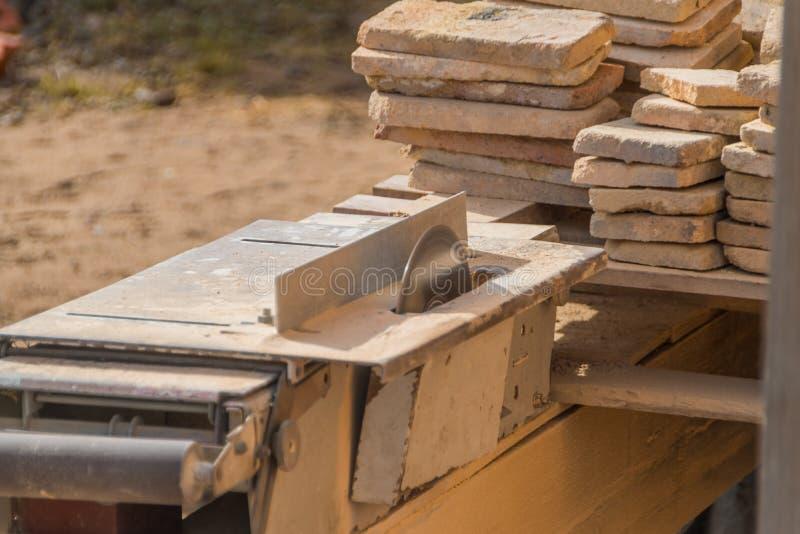 El funcionamiento en los cortes de máquina la piedra, disco laser fotos de archivo