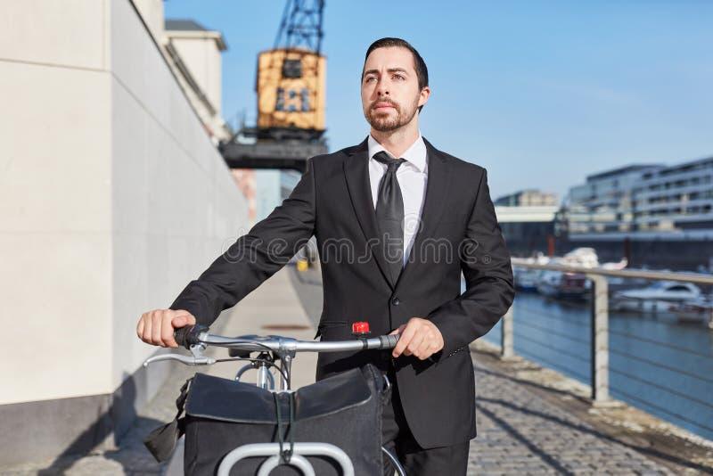El fundador alternativo del negocio empuja la bici fotografía de archivo