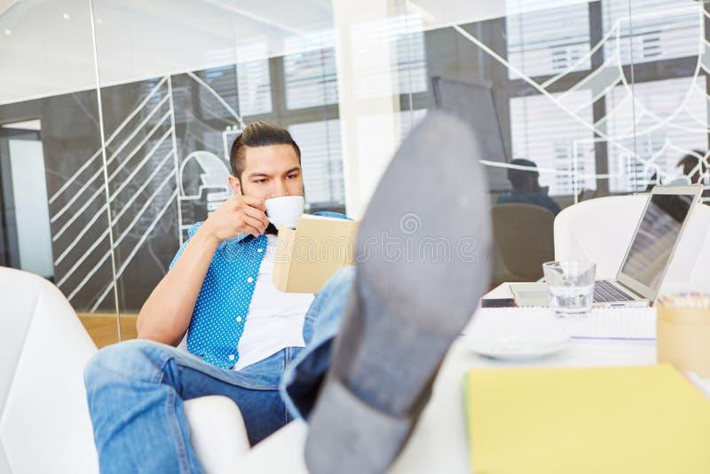 El fundador de lanzamiento toma el descanso para tomar café foto de archivo libre de regalías