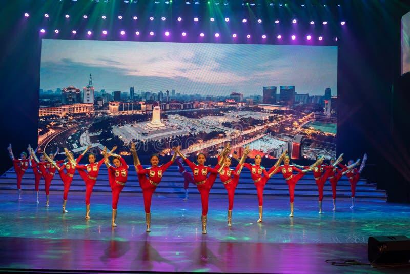 El futuro de la danza elevar-moderna ciudad-joven imagen de archivo