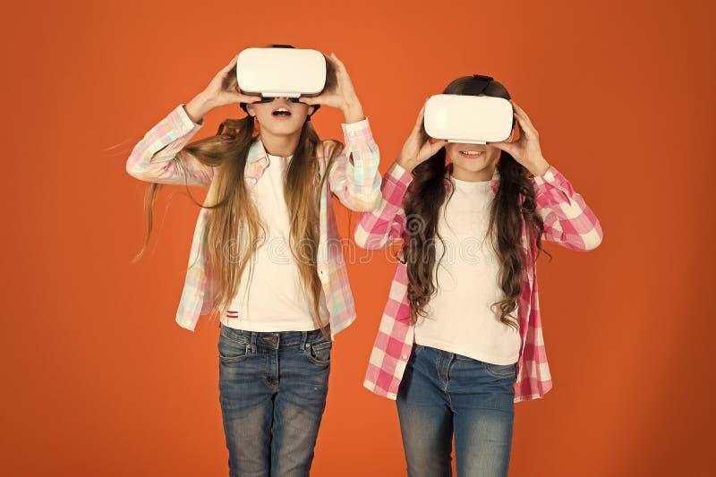 El futuro está presente. Ciberespacio y juegos virtuales. Tecnología de realidad virtual. Descubra la realidad virtual. Las niñ imagen de archivo