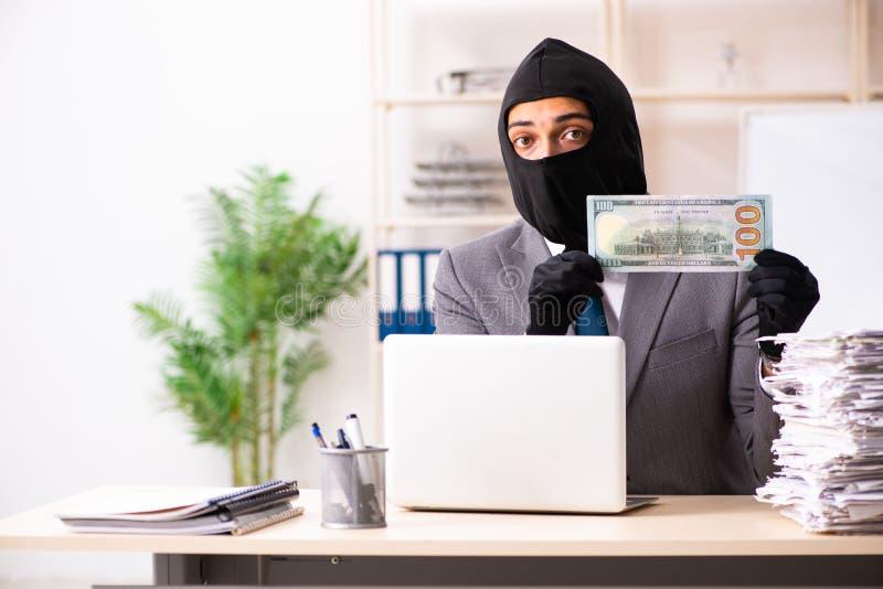 El gángster de sexo masculino que roba la información de la oficina imagen de archivo