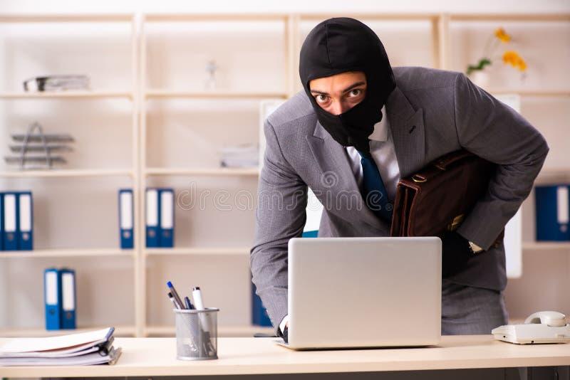 El gángster de sexo masculino que roba la información de la oficina imagen de archivo libre de regalías