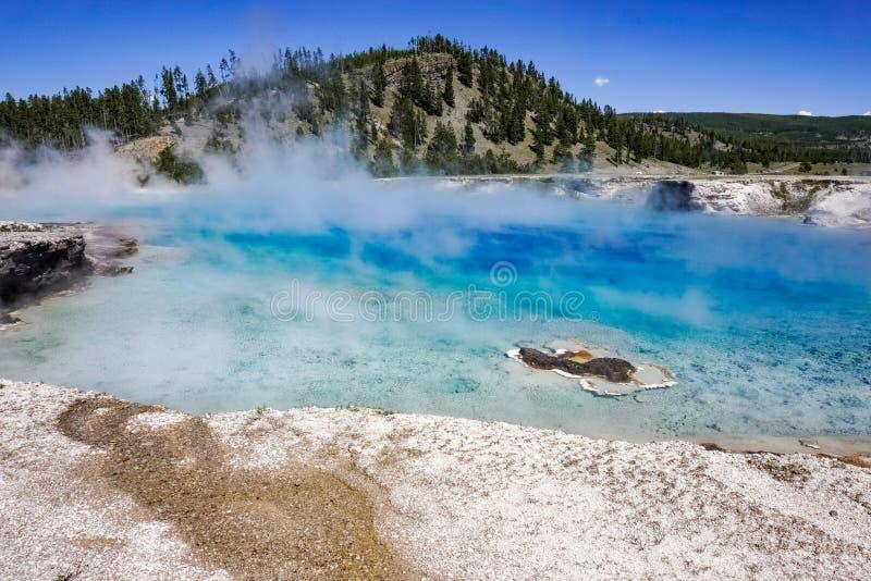El géiser excelsior, lavabo intermediario del géiser, parque nacional de Yellowstone imagenes de archivo