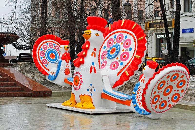 El gallo tradicional del juguete de Dymkovo como objeto del arte y el oscilación en el ` nacional ruso del festival Shrove el ` e imágenes de archivo libres de regalías