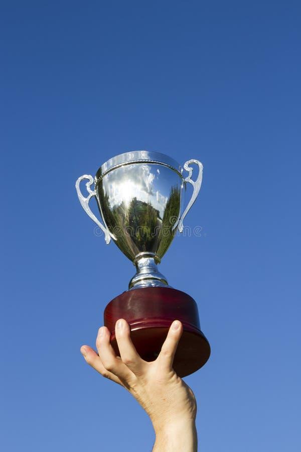 El ganador con la taza imagen de archivo libre de regalías