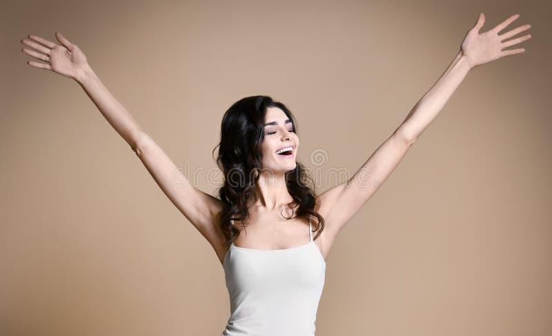 El ganar, éxito, y concepto de las metas de la vida Mujer joven con los brazos en el aire que da los pulgares para arriba fotos de archivo libres de regalías