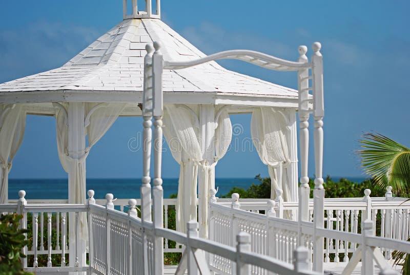 El gazebo de la boda que se coloca en la orilla de mar imagen de archivo libre de regalías