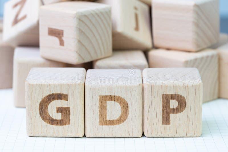 El GDP, concepto del producto interno bruto, cubica el bloque de madera con el alph fotos de archivo libres de regalías