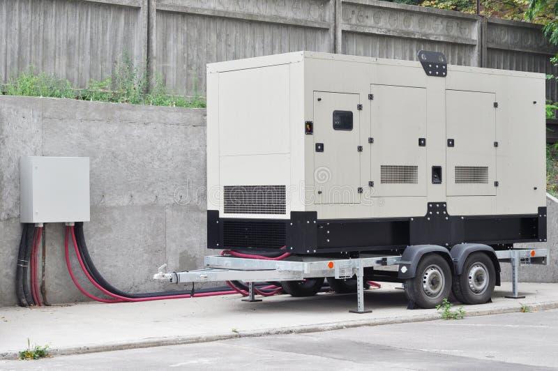 El generador diesel de reserva grande para el ¡del edificio de oficinas Ð onnected el panel de control con el alambre del cable foto de archivo libre de regalías