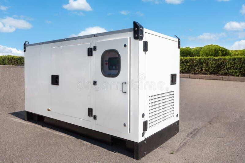 El generador diesel industrial para el edificio de oficinas conectó con el panel de control con el alambre del cable Poder del ge foto de archivo